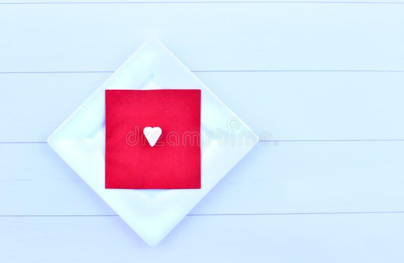 De kaart, de achtergrond en het liefje van de valentijnskaartendag royalty-vrije stock afbeeldingen