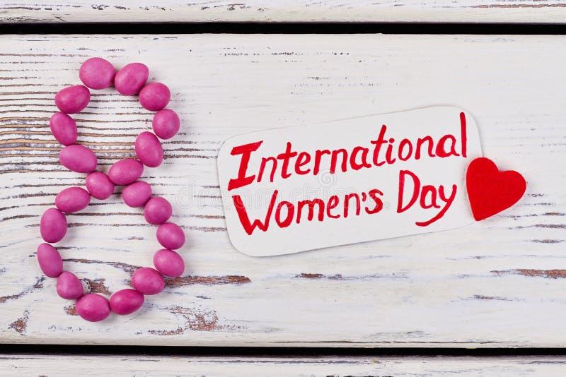 De kaart en het hart van de vrouwen` s dag royalty-vrije stock afbeelding