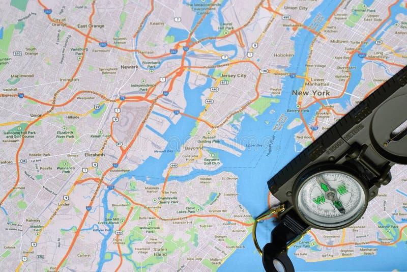 De kaart en het kompas van New York stock fotografie