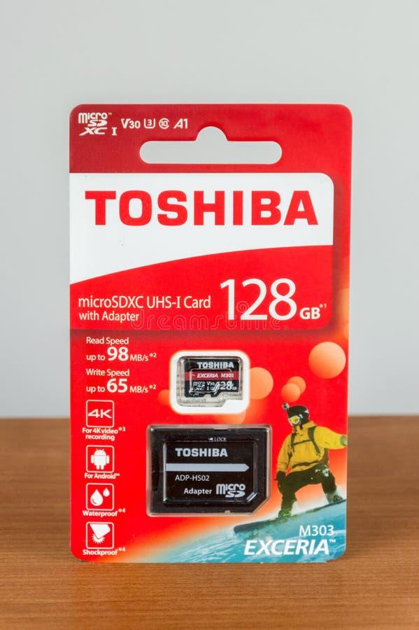 De kaart uhs-I van Toshiba 128GB microSDXC met BR-adapter stock afbeeldingen