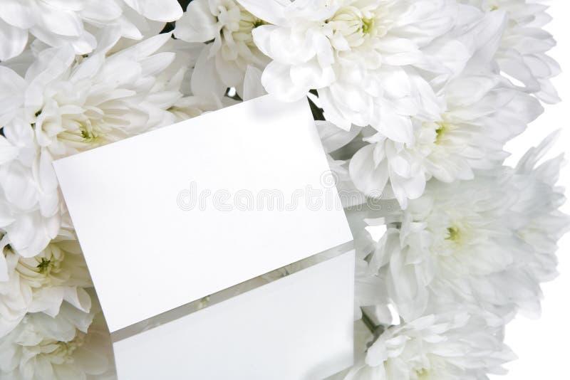 De kaart van de gift en witte bloemen royalty-vrije stock foto
