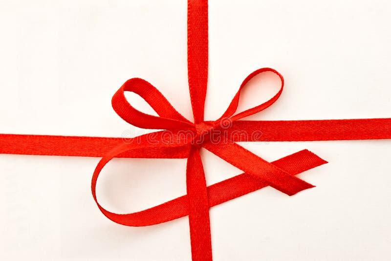 De kaart van de gift met rood lint royalty-vrije stock foto