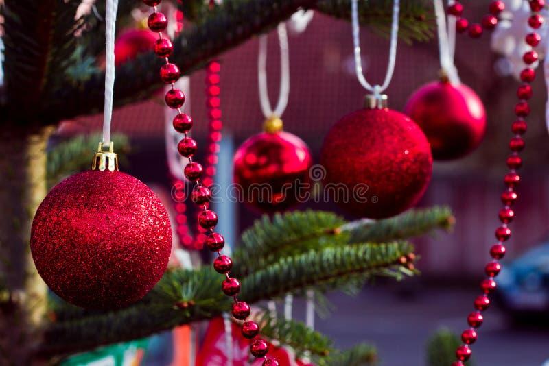 De kaart van de groet Decoratie rode ballen voor Nieuwjaarboom royalty-vrije stock afbeeldingen