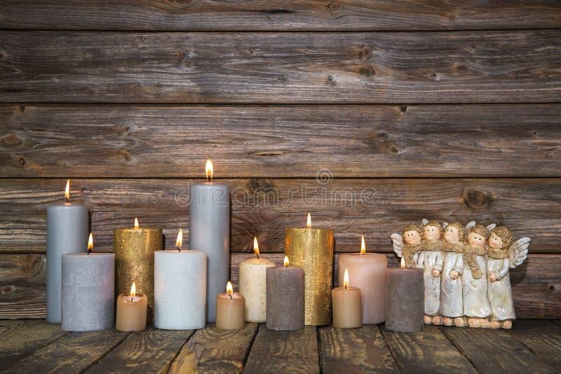 De kaart van de Kerstmisgroet met kaarsen en engelen op houten backgr royalty-vrije stock afbeelding