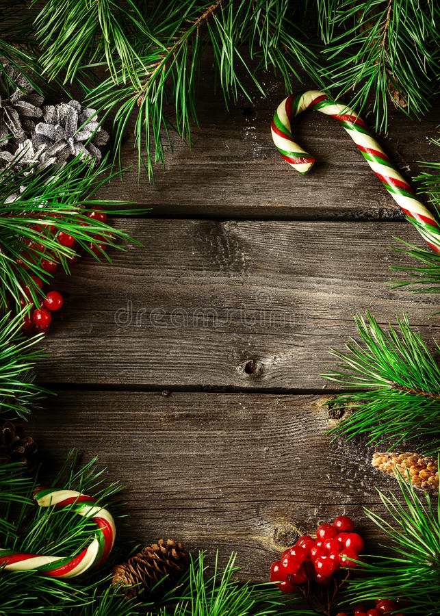De kaart van de Kerstmiskroon met copyspace op houten achtergrond royalty-vrije stock afbeeldingen