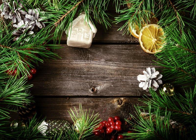 De kaart van de Kerstmiskroon met met copyspace op houten achtergrond chris stock fotografie