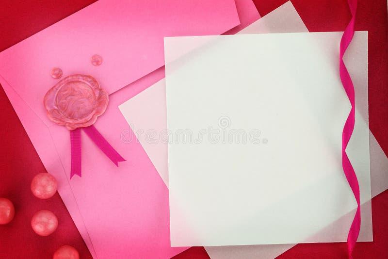 De kaart van de uitnodiging of van de groet op roze envelop royalty-vrije stock afbeeldingen