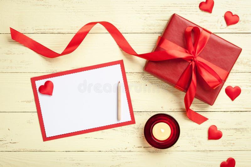 De kaart van de valentijnskaartengroet met giftdoos royalty-vrije stock foto's