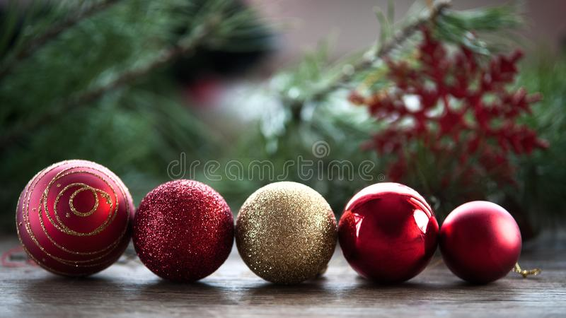 De kaart van de nieuwjaargroet, Kerstmisballen op een rij royalty-vrije stock foto