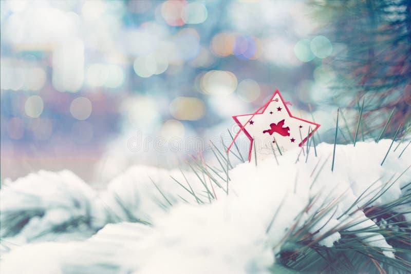 De kaart van de de vakantiegroet van de Kerstmiswinter Rode ster met Kerstmisengel op groene Kerstmisbomen met sneeuw royalty-vrije stock afbeeldingen