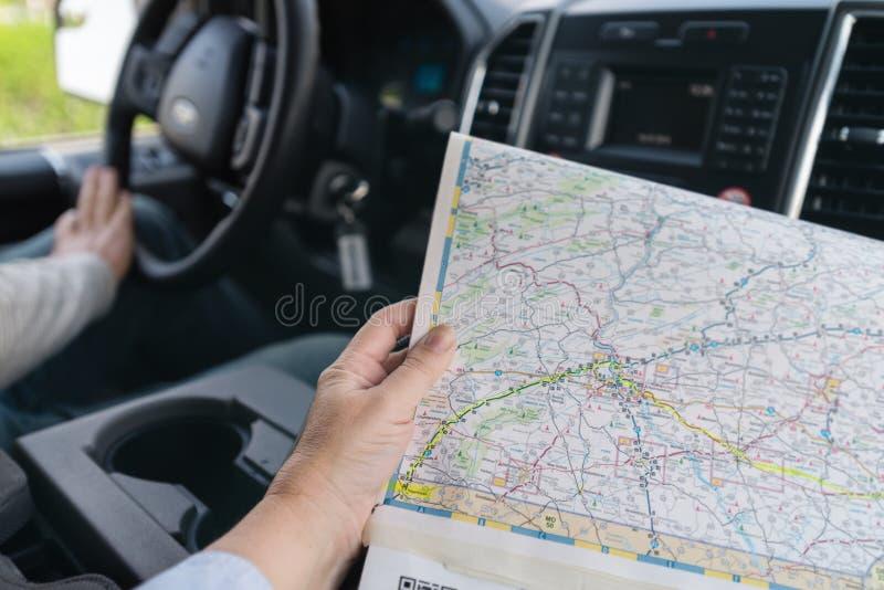 De kaart van de vrouwenholding in auto op wegreis royalty-vrije stock foto