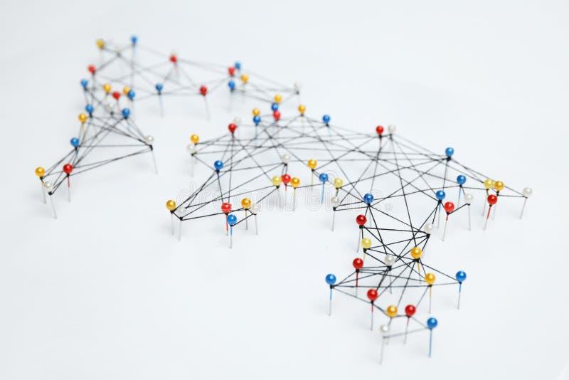 De kaart van wereldverbindingen op witte achtergrond stock foto's