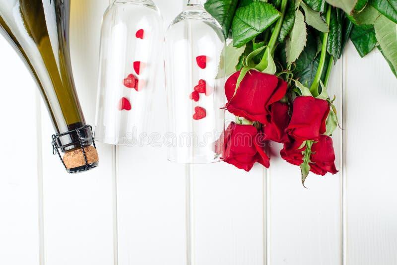 De Kaarten van de valentijnskaartendag Boeket van rode rozen op witte houten raad Hoogste mening royalty-vrije stock foto