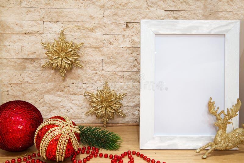 De kaarten van de Kerstmisgroet, ruimte voor tekst Gouden en rode decorat royalty-vrije stock afbeeldingen
