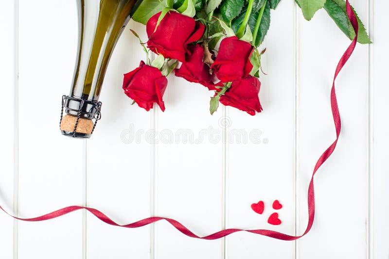 De Kaarten van de valentijnskaartendag Boeket van rode rozen op witte houten raad Hoogste mening stock afbeelding