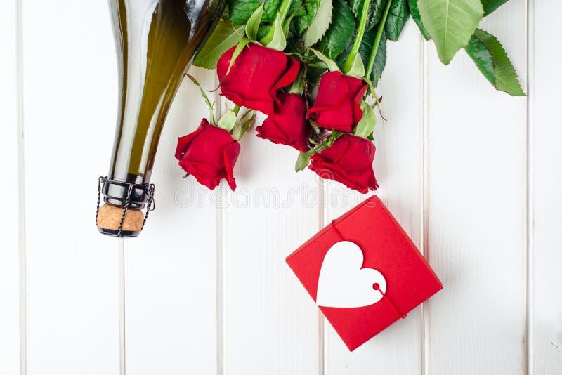 De Kaarten van de valentijnskaartendag Boeket van rode rozen op witte houten raad Hoogste mening stock afbeeldingen