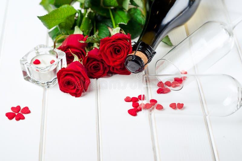 De Kaarten van de valentijnskaartendag Boeket van rode rozen op witte houten raad Selectieve nadruk Ruimte voor tekst royalty-vrije stock afbeeldingen