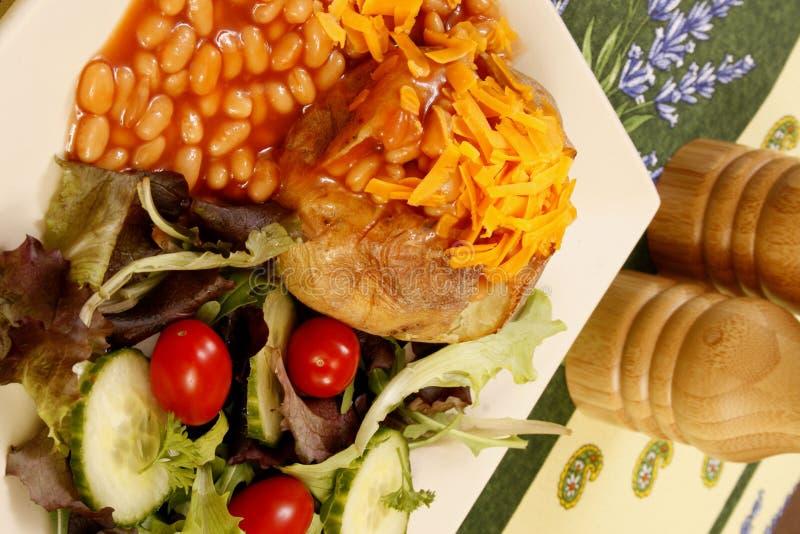 De kaas en de bonen van de aardappel in de schil stock afbeeldingen