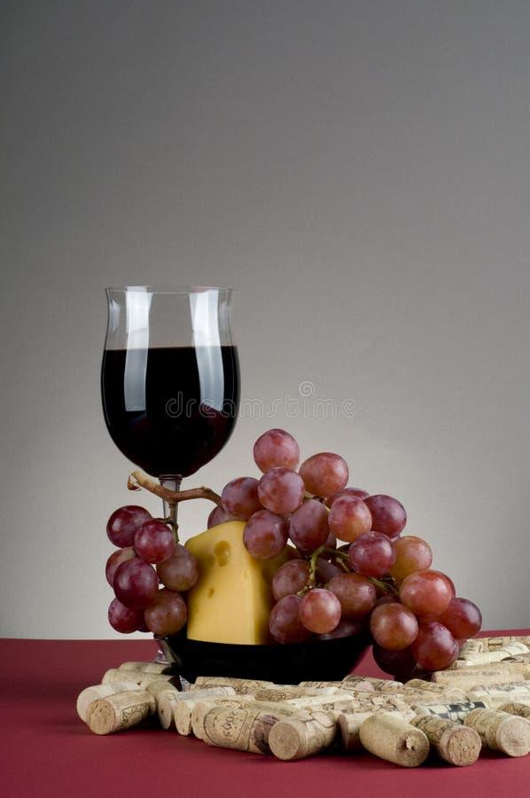 De kaas en de druif van het rode wijnglas witn. royalty-vrije stock afbeelding