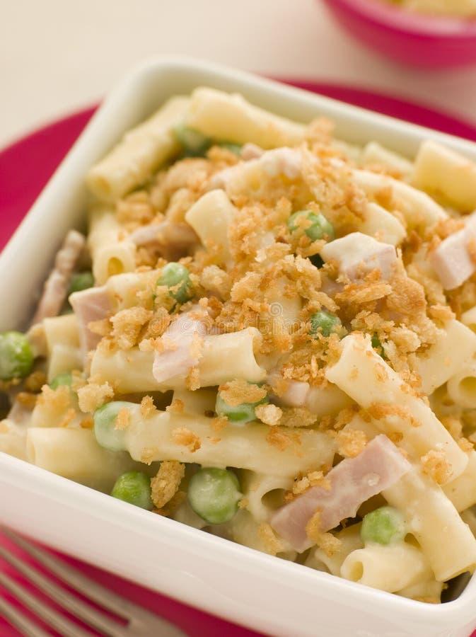 De Kaas van de macaroni met de Ham van Erwten en een Geroosterde Kruimel stock foto's