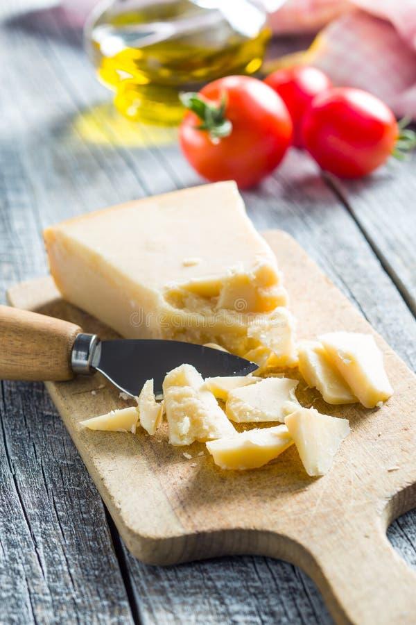 De kaas van de parmezaanse kaas met mes royalty-vrije stock afbeeldingen
