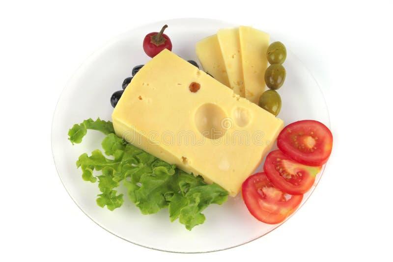 De kaas van delicatessen die op schotel wordt gediend stock afbeeldingen