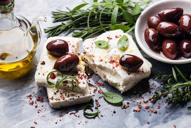 De kaas van feta met olijven stock afbeelding