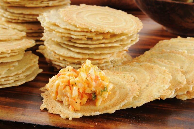 De Kaas van Gouda en van het Piment op Crackers wordt uitgespreid die stock afbeelding