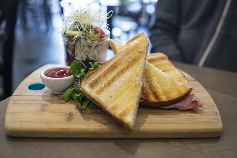 De kaas van de sandwichesham met salade in kruik op een houten plaat royalty-vrije stock afbeeldingen