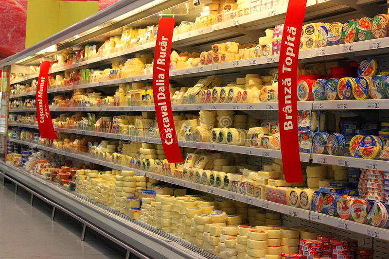 De kaasplanken van de kruidenierswinkelopslag stock foto