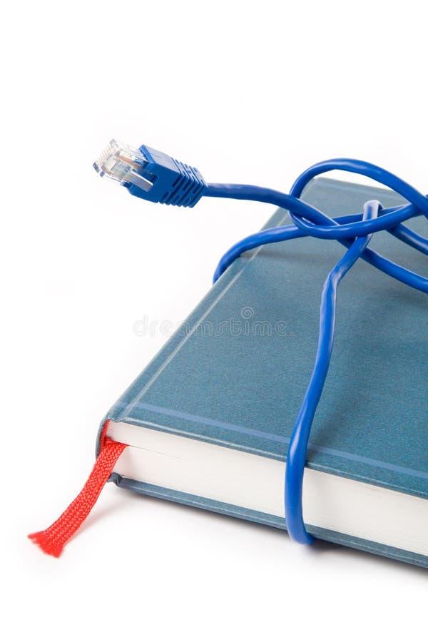 De kabel en het boek van het netwerk royalty-vrije stock fotografie