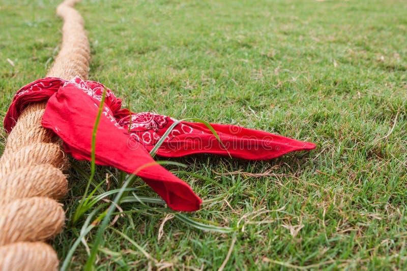 De kabel met Bandana ligt op Gras vóór Touwtrekwedstrijd royalty-vrije stock foto's
