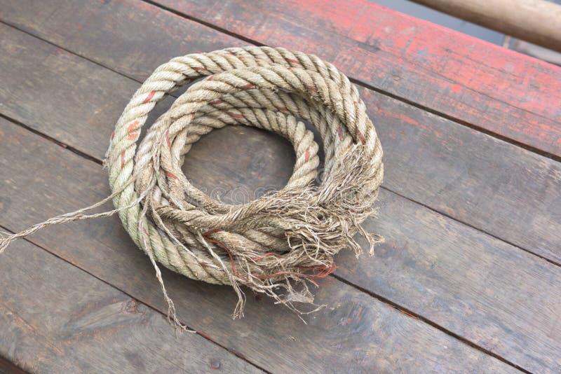De kabel rust op een houten achtergrond royalty-vrije stock foto