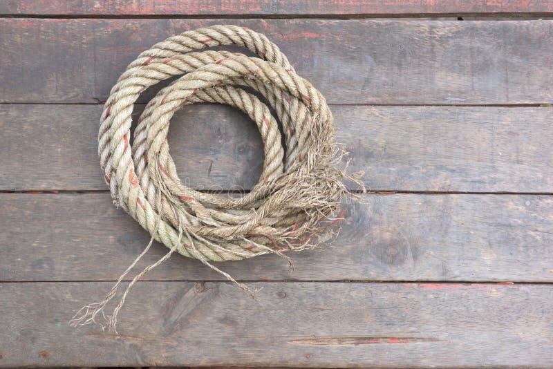 De kabel rust op een houten achtergrond stock foto