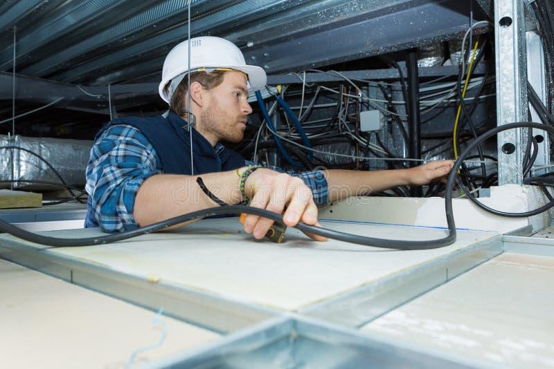 De kabel van de elektricienmontage voor plafondlicht royalty-vrije stock foto's