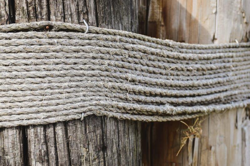 De kabel van Manilla rond grote houten pool stock fotografie