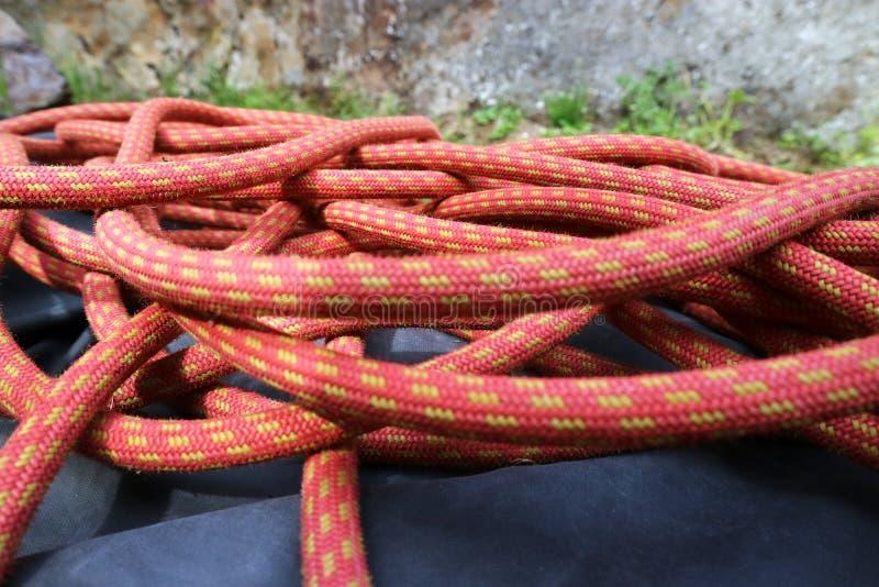 De kabel voor het beklimmen en alpinisme ligt ter plaatse onder een rots royalty-vrije stock afbeelding