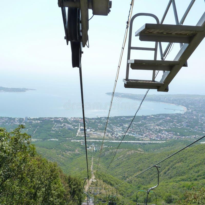 De kabelbaan in bergen stock foto's