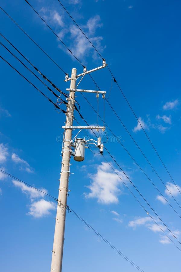 De kabels van de elektromachtslijn en concrete pool met transformator royalty-vrije stock fotografie