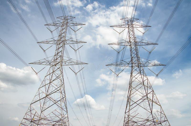 De kabels van de hoogspanningselektriciteit, hemelachtergrond stock foto's