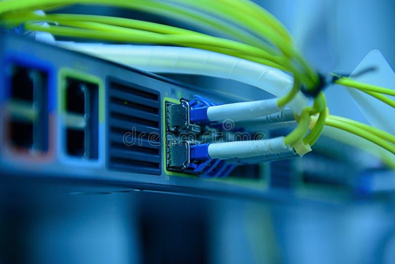 De kabels van de netwerk optische vezel en hub stock foto's