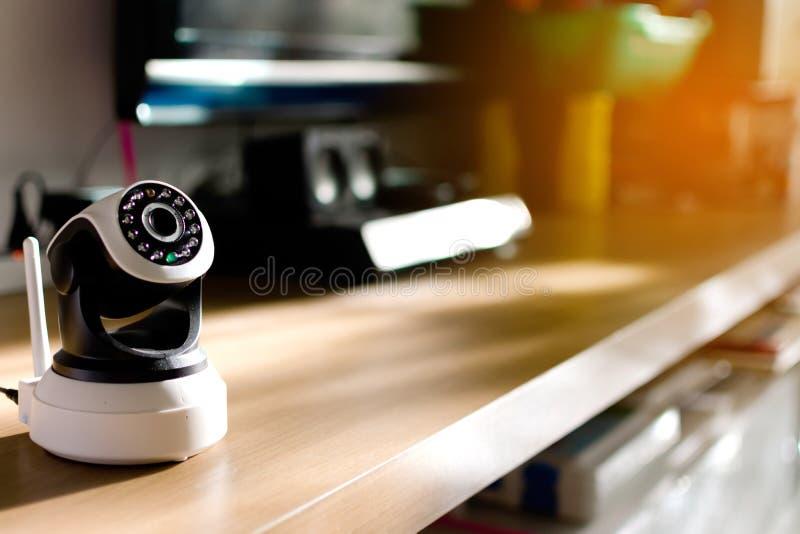 De kabeltelevisie-veiligheidscamera die in huis werken royalty-vrije stock afbeelding