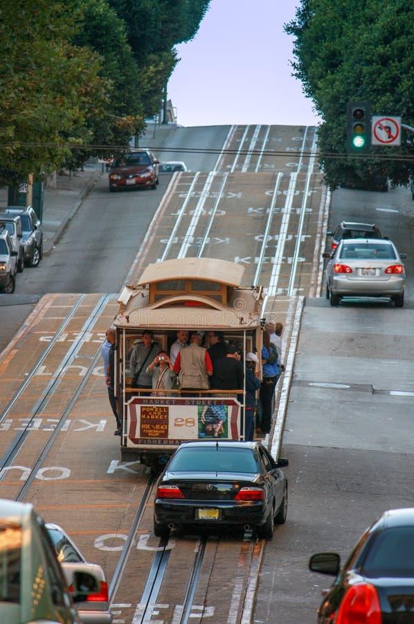 De kabelwagen gooit omhoog steile stijging bij Powell-straat door elkaar royalty-vrije stock foto