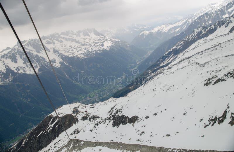 De kabelwagenkabels in de Franse bergen van Alpen Mont Blanc-massief, Aiguille du Midi stock foto