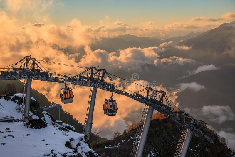 De kabelwagenskiliften in de toevlucht van de de bergski van Gorky Gorod kunnen Mooi toneelzonsonderganglandschap Sotchi, Rusland royalty-vrije stock fotografie