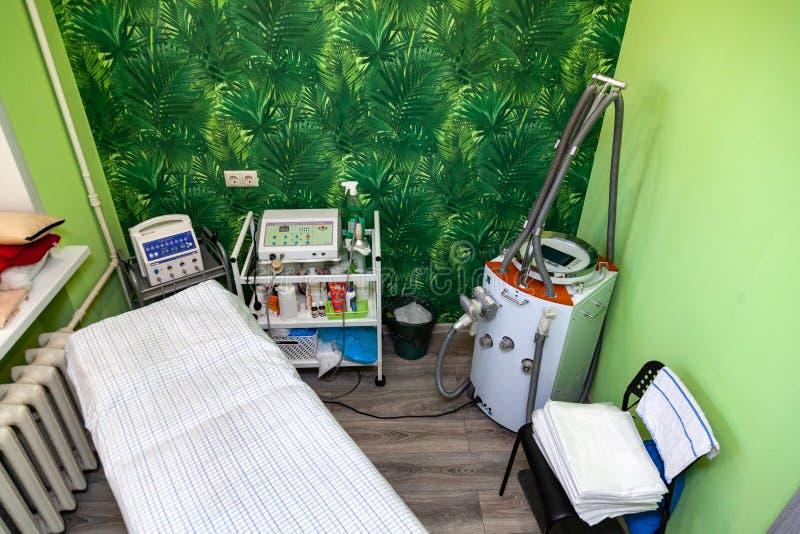 De kabinetskosmetiek met een laag voor massage, apparaten voor vacu?mmassagelpg met groene muren Huid en lichaamsverzorging om a  royalty-vrije stock afbeeldingen