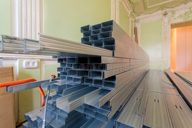 De kaders voor de profielen van het gipsplaatmetaal voor drywall worden voorbereid want het maken van gipsmuren door arbeiders in royalty-vrije stock foto's