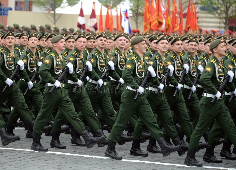 De kadetten van de Serpukhov-tak van de militaire Academie RVSN noemden na Peter Groot tijdens de parade op rood vierkant i stock foto