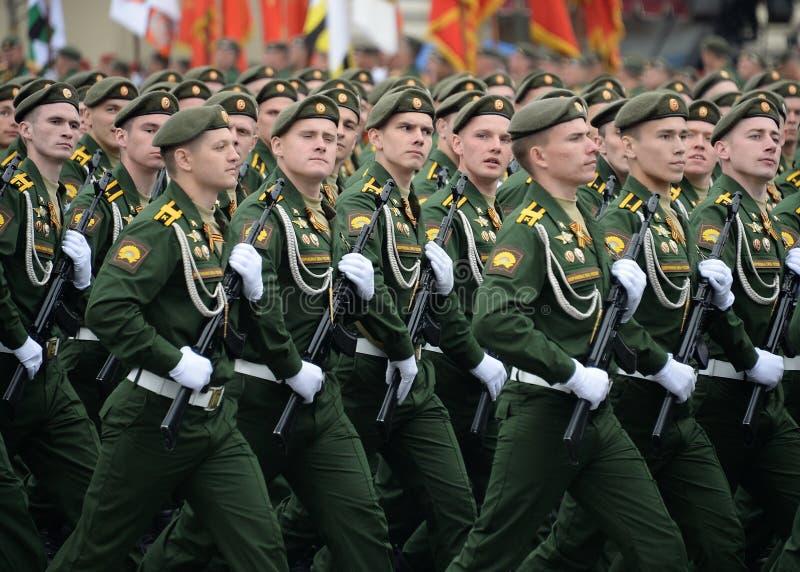De kadetten van de Serpukhov-tak van de militaire Academie RVSN noemden na Peter Groot tijdens de parade op rood vierkant i royalty-vrije stock foto's
