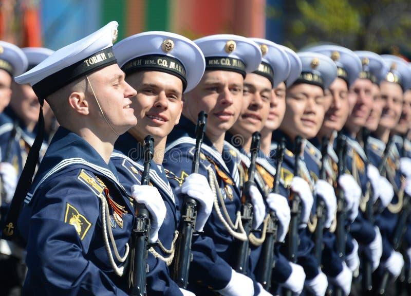 De kadetten van Vreedzame hogere zeeschoolimeni S O Makarov op de Algemene paraderepetitie in rood vierkant ter ere van Kampioen royalty-vrije stock foto's
